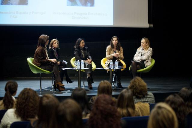 Mesa redonda con mujeres de PSA y Pwc