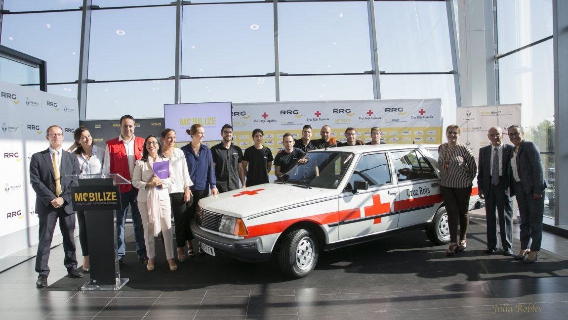 Cruz Roja y Renault restauran el primer 'coche médico'  para homenajear a sus voluntarios
